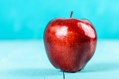 Φρέσκο κόκκινο - η εύγευστη Apple στον τυρκουάζ πίνακα Στοκ φωτογραφίες με δικαίωμα ελεύθερης χρήσης