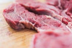 Φρέσκο κόκκινο κρέας σε έναν πίνακα 3 κοπής Στοκ εικόνα με δικαίωμα ελεύθερης χρήσης