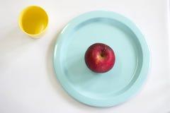 Φρέσκο κόκκινο μήλο στο μπλε πιάτο Στοκ Φωτογραφία