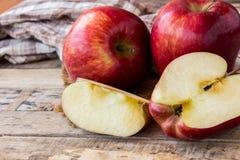 Φρέσκο κόκκινο μήλο στο παλαιό ξύλινο επιτραπέζιο υπόβαθρο Στοκ φωτογραφία με δικαίωμα ελεύθερης χρήσης