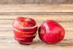 Φρέσκο κόκκινο μήλο στο παλαιό ξύλινο επιτραπέζιο υπόβαθρο Στοκ Φωτογραφίες
