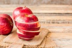 Φρέσκο κόκκινο μήλο στο παλαιό ξύλινο επιτραπέζιο υπόβαθρο Στοκ Εικόνες