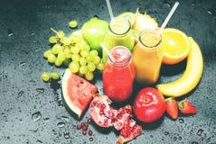 Φρέσκο κόκκινο πράσινο πορτοκάλι μπουκαλιών συμπιέσεων χυμών Στοκ εικόνα με δικαίωμα ελεύθερης χρήσης