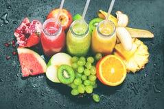 Φρέσκο κόκκινο πράσινο πορτοκάλι μπουκαλιών συμπιέσεων χυμών Στοκ Φωτογραφία