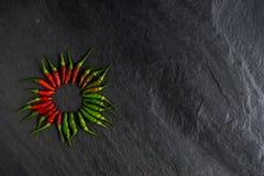 Φρέσκο κόκκινο τσίλι και πράσινο τσίλι στην πέτρα πλακών Στοκ φωτογραφία με δικαίωμα ελεύθερης χρήσης