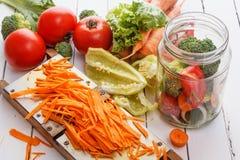 φρέσκο λαχανικό ντοματών σαλάτας μιγμάτων μαρουλιού αγγουριών Ντομάτες, πιπέρια, μαϊντανός, καρότα, μπρόκολο, κρεμμύδια Στοκ Φωτογραφίες