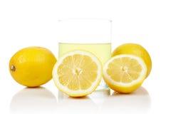 φρέσκο λεμόνι χυμού γυαλ&i στοκ εικόνες