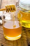 Φρέσκο μέλι μελισσών στοκ φωτογραφία με δικαίωμα ελεύθερης χρήσης