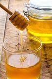 Φρέσκο μέλι μελισσών στοκ φωτογραφίες