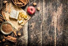 Φρέσκο μέλι με τη Apple και την κανέλα Στοκ Εικόνες