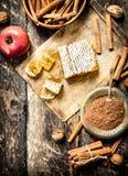 Φρέσκο μέλι με τη Apple και την κανέλα Στοκ Εικόνα