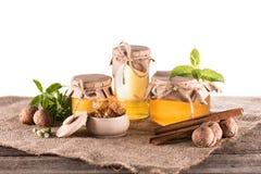 Φρέσκο μέλι στα βάζα γυαλιού Στοκ φωτογραφία με δικαίωμα ελεύθερης χρήσης