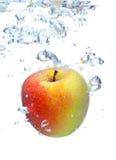 Apple που περιέρχεται στο νερό Στοκ εικόνες με δικαίωμα ελεύθερης χρήσης