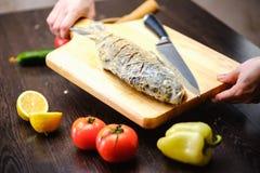 Φρέσκο μαγείρεμα τροφίμων κυπρίνων ψαριών κάπρων στοκ εικόνες