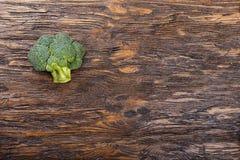 Φρέσκο μπρόκολο ξύλινο επιτραπέζιο στενό σε επάνω Με το διάστημα για το κείμενο  Στοκ Εικόνες