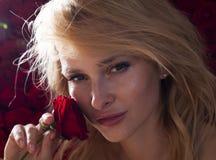 Φρέσκο νέο πρότυπο μόδας με τα κόκκινα χείλια Ο γάμος αποτελεί τριαντάφυλλα τα λουλούδια εμβλημάτων ανασκόπησης διαμορφώνουν λίγη Στοκ Εικόνες