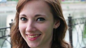 Φρέσκο να φανεί έφηβη που φαίνεται ευτυχές υπαίθρια απόθεμα βίντεο