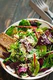 Φρέσκο οργανικό πράσινο quinoa κύπελλο σαλάτας στο σκοτεινό ξύλινο υπόβαθρο Στοκ εικόνες με δικαίωμα ελεύθερης χρήσης