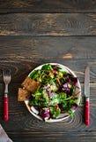Φρέσκο οργανικό πράσινο quinoa κύπελλο σαλάτας στο σκοτεινό ξύλινο υπόβαθρο Στοκ Φωτογραφία