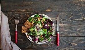 Φρέσκο οργανικό πράσινο quinoa κύπελλο σαλάτας στο σκοτεινό ξύλινο υπόβαθρο Στοκ φωτογραφία με δικαίωμα ελεύθερης χρήσης