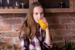 Φρέσκο οργανικό φυσικό κορίτσι διατροφής παιδιών χυμού στοκ φωτογραφίες