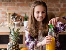 Φρέσκο οργανικό φυσικό κορίτσι διατροφής παιδιών χυμού στοκ εικόνες