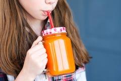 Φρέσκο οργανικό φυσικό κορίτσι διατροφής παιδιών χυμού στοκ εικόνα