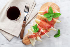 Φρέσκο πεπόνι με το prosciutto και τη μέντα Στοκ φωτογραφία με δικαίωμα ελεύθερης χρήσης