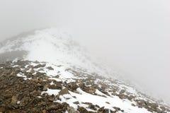 Φρέσκο πεσμένο χιόνι στα δύσκολα βουνά Στοκ φωτογραφία με δικαίωμα ελεύθερης χρήσης
