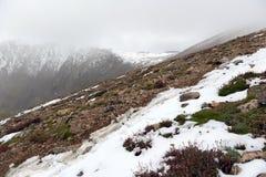 Φρέσκο πεσμένο χιόνι στα δύσκολα βουνά Στοκ εικόνα με δικαίωμα ελεύθερης χρήσης