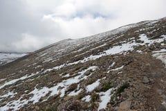 Φρέσκο πεσμένο χιόνι στα δύσκολα βουνά Στοκ Φωτογραφίες