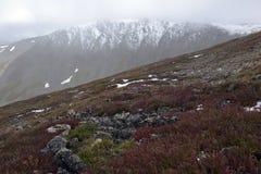 Φρέσκο πεσμένο χιόνι στα δύσκολα βουνά Στοκ Εικόνες