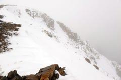 Φρέσκο πεσμένο χιόνι στα δύσκολα βουνά Στοκ εικόνες με δικαίωμα ελεύθερης χρήσης