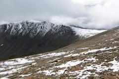 Φρέσκο πεσμένο χιόνι στα δύσκολα βουνά Στοκ Εικόνα