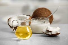 Φρέσκο πετρέλαιο καρύδων στα γυαλικά στοκ φωτογραφία με δικαίωμα ελεύθερης χρήσης