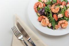 Φρέσκο πιάτο σαλάτας με τις γαρίδες, την ντομάτα και τα μικτά πράσινα τρόφιμα υγιή Καθαρή κατανάλωση Στοκ Εικόνες