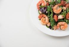 Φρέσκο πιάτο σαλάτας με τις γαρίδες, την ντομάτα και τα μικτά πράσινα τρόφιμα υγιή Καθαρή κατανάλωση Στοκ φωτογραφία με δικαίωμα ελεύθερης χρήσης