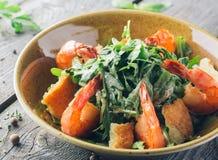 Φρέσκο πιάτο σαλάτας με τις γαρίδες και το arugula Στοκ εικόνες με δικαίωμα ελεύθερης χρήσης