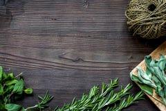 Φρέσκο πλαίσιο χορταριών στη σκοτεινή ξύλινη τοπ άποψη υποβάθρου Στοκ φωτογραφίες με δικαίωμα ελεύθερης χρήσης