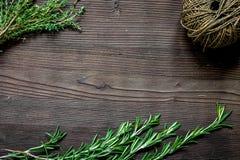 Φρέσκο πλαίσιο χορταριών στη σκοτεινή ξύλινη τοπ άποψη υποβάθρου Στοκ Φωτογραφίες