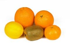 Φρέσκο πορτοκάλι, λεμόνι, tangerine, ακτινίδια που απομονώνονται σε ένα άσπρο υπόβαθρο Στοκ Εικόνες