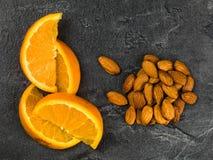 Φρέσκο πορτοκάλι με τα καρύδια αμυγδάλων Στοκ φωτογραφία με δικαίωμα ελεύθερης χρήσης