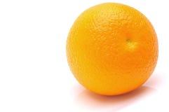 Φρέσκο πορτοκάλι σε ένα άσπρο υπόβαθρο Στοκ φωτογραφία με δικαίωμα ελεύθερης χρήσης