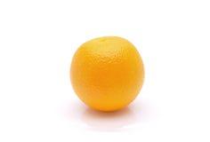 Φρέσκο πορτοκάλι σε ένα άσπρο υπόβαθρο Στοκ εικόνες με δικαίωμα ελεύθερης χρήσης