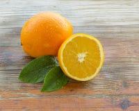 Φρέσκο πορτοκάλι σε ένα αγροτικό υπόβαθρο στοκ εικόνα με δικαίωμα ελεύθερης χρήσης