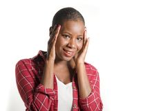 Φρέσκο πορτρέτο τρόπου ζωής της νέας ελκυστικής και ευτυχούς δροσερής μαύρης αμερικανικής γυναίκας afro στο περιστασιακό θετικό χ στοκ εικόνα
