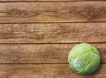 Φρέσκο πράσινο λάχανο κήπων στο αγροτικό ξύλινο υπόβαθρο στοκ εικόνα