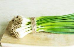 Φρέσκο πράσινο κρεμμύδι σε έναν ξύλινο πίνακα Στοκ εικόνες με δικαίωμα ελεύθερης χρήσης