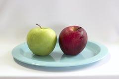 Φρέσκο πράσινο & κόκκινο μήλο στο μπλε πιάτο Στοκ Φωτογραφία