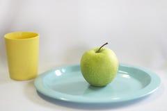 Φρέσκο πράσινο μήλο στο μπλε πιάτο Στοκ Φωτογραφία